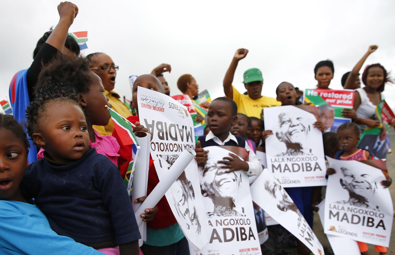 Moradores do vilarejo de Qunu aguardam a chegada do corpo de Nelson Mandela.