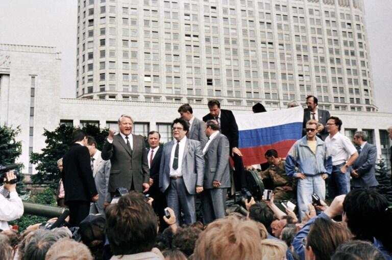 De pié sobre un tanque en Moscú, Boris Yeltsin escenifica en 1991 el desmembramiento definitivo de la Unión Soviética.