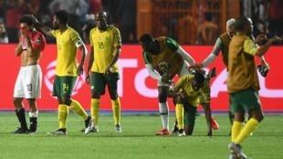 Wachezaji wa Afrika Kusini wakimfariji Mohammed Salah wa Misri baada ya kumalizika kwa mchezo wa hatua ya 16 bora wa fainali za AFCON