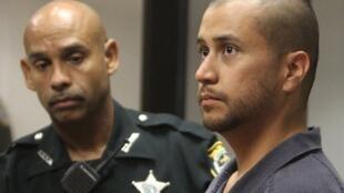 George Zimmerman (D) lors de sa première comparution pour meurtre au second degré du jeune Trayvon Martin, à Sanford, en Floride, le 12 avril 2012.