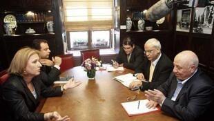 Israeli Justice Minister Tzipi Livni (left) with Pakestinian negotiators Ahmad Qurei (right) and Saeb Erekat (centre) in 2008 in Jerusalem
