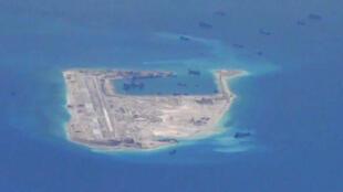 Ảnh hải quân Mỹ chụp Đảo Đá Chữ Thập trong quần đảo Trường Sa ngày 21/05/2015 cho thấy các tàu Trung Quốc hoạt động tại đó.