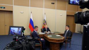 Le président russe Vladimir Poutine, le vice-Premier ministre, Dmitry Kozak (à g.), et le ministre de l'Énergie, Alexander Novak ( à dr.), participant à la cérémonie d'inauguration du gazoduc en visio-conférence, le 2 décembre 2019.