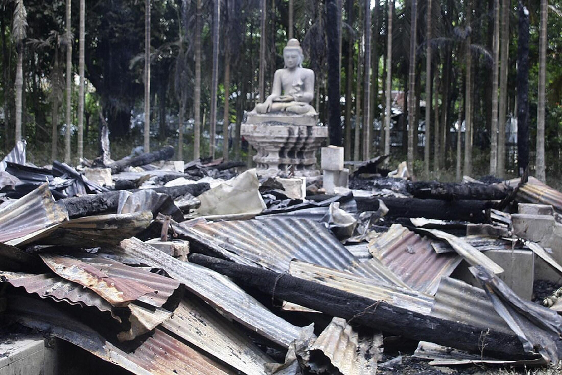 یک معبد بودایی که در محلۀ Cox's Bazar توسط مسلمانان به آتش کشیده شد.