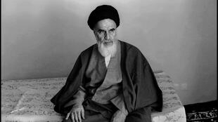 آیت الله روح الله خمینی بنیانگذار جمهوری اسلامی ایران.