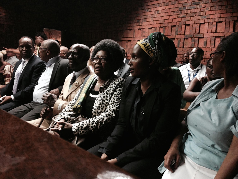 La famille Simelane au tribunal.