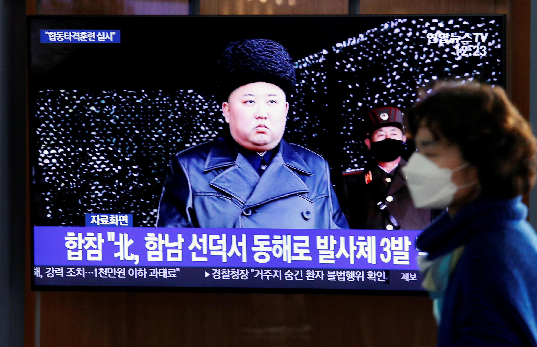 韩国首尔市民观看朝鲜发射武器电视报道
