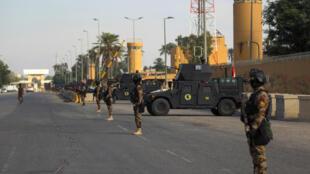 Fuerzas antiterroristas iraquíes hacen guardia frente a la embajada de EE UU en la capital, Bagdad, después de que cientos de hombres irrumpieran en la zona de alta seguridad y sitiaran el recinto, el 2 de enero de 2020