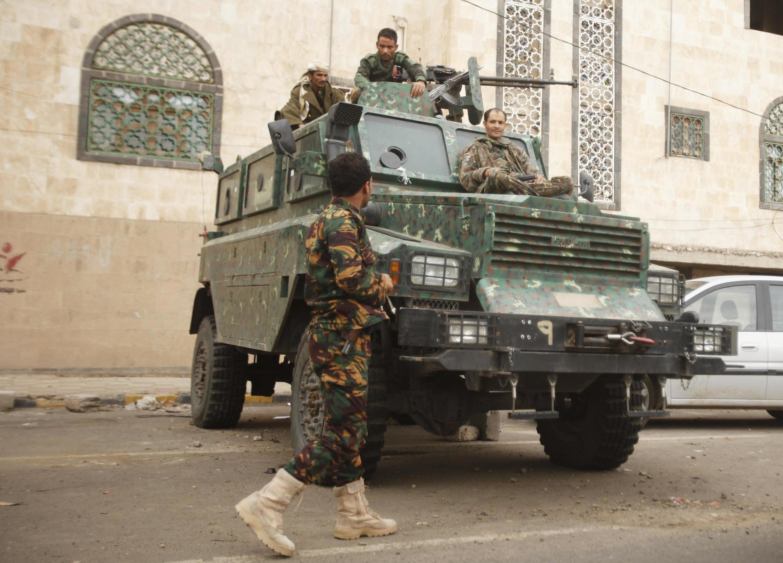 Quân đội bảo vệ con đường dẫn đến Đại sứ quán Anh tại thủ đô Sanaa hôm 05/08/2013.