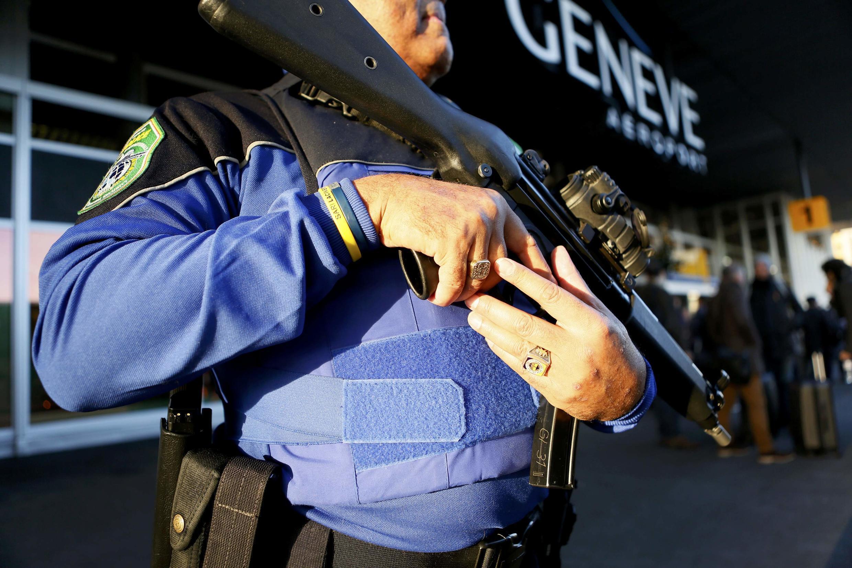 Полицейский у женевского аэропорта, Швейцария, 10 декабря 2015 г.