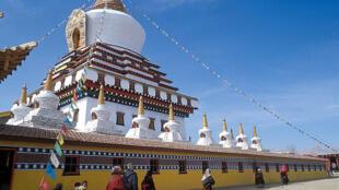 Tu viện Tây Tạng Kirti (ở Tứ Xuyên - Trung Quốc), nơi có nhiều vị sư tự thiêu để phản đối chính quyền Trung Quốc. Ảnh chụp năm 2003