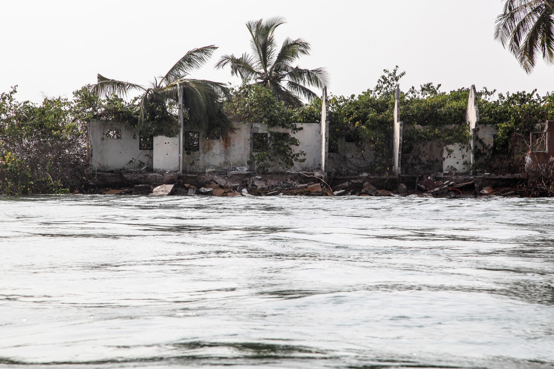 Grand Lahou (Côte d'Ivoire). Vestiges d'habitations en partie emportées par les flots.