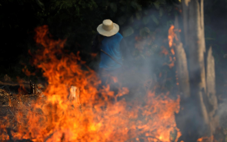 Un hombre combate las llamas de la selva amazónica afectada por el desmonte de madereros y agricultores, estado de Amazonas, Brasil, 20 de agosto de 2019.