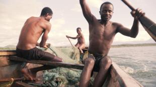 Raia wanavua samaki katika ziwa   Tanganyika