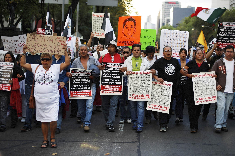 Hàng chục ngàn người biểu tình ở thủ đô Mêhicô đòi làm sáng tỏ vụ 43 sinh viên bị mất tích - REUTERS/Jose Cabezas