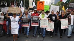 Manifestantes voltaram a se reunir neste domingo na Cidade do México.