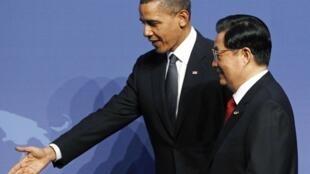美国总统奥巴马在华盛顿核会议上为中国主席胡锦涛引路. (12/4/2010)