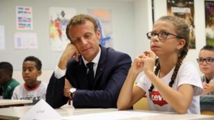 Tổng thống Pháp Emmanuel Macron đến thăm một trường học ở Laval, ngày 3/9/2018.