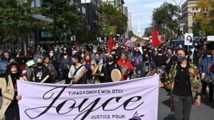 Banderole dans une manifestation en soutien à Joyce Echaquan, mère autochtone victime de racisme avant son décès à l'hôpital, le 3 octobre 2020 à Montréal.