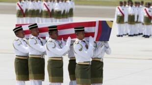 Les restes de 20 Malaisiens sont arrivés à l'aéroport de Sepang, le 22 août 2014.