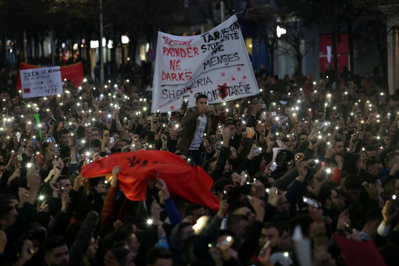 Des milliers d'étudiants se sont mobilisés devant le ministère de l'Education à Tirana, le 11 décembre. (Photo d'illustration)