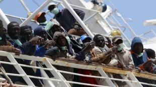 Milhares de migrantes africanos esperam no porto de Misrata para serem retirados da região.