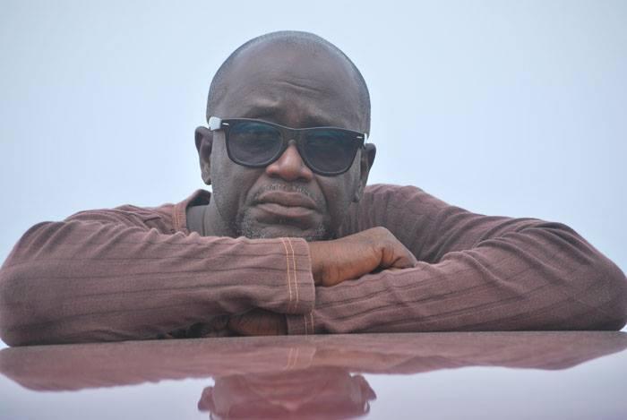 Kossi Assou, artiste contemporain togolais, plasticien, designer et entrepreneur culturel. Il vit et travaille à Lomé, au Togo.