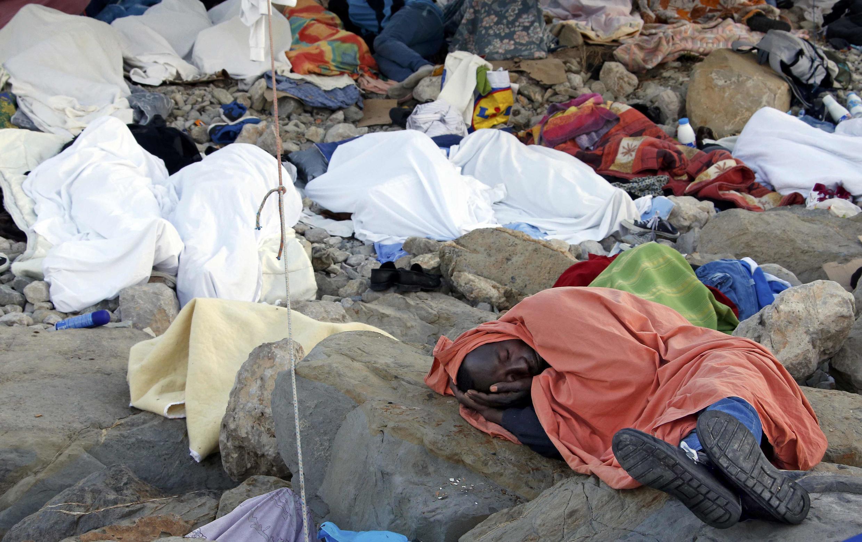 Les migrants ont passé une nouvelle nuit sur les rochers.