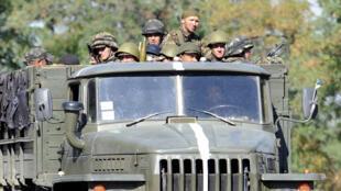 Militares ucranianos en Novoazovsk, el pasado 26 de agosto de 2014.