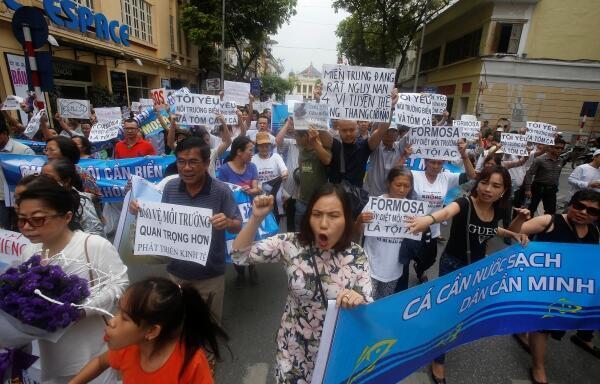 Hàng trăm người bị bắt bớ khi tham gia vào 2 cuộc biểu tình ôn hòa ngày 08 và 15/05/2016, trong đó nhiều người bị đánh đập dã man. Trong ảnh, biểu tình tại Sài Gòn ngày 01/05/2016.
