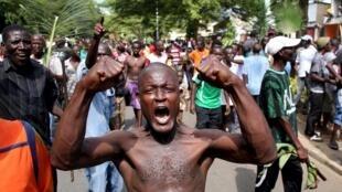 População comemora o anúncio da destituição do presidente na capital Bujumbura nesta quarta-feira (13).