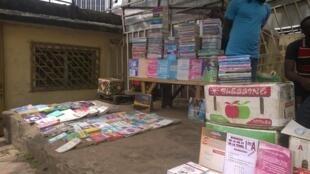 Une vue d'une «librairie du poteau» à Yaoundé, au Cameroun.