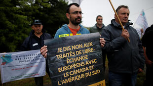 """Com o slogan: """"Eu digo não aos acordos europeus de livre comércio com o Canadá e a América do Sul"""", agricultores franceses, membros da FNSEA, protestam perto da refinaria Total em Donges, na França."""