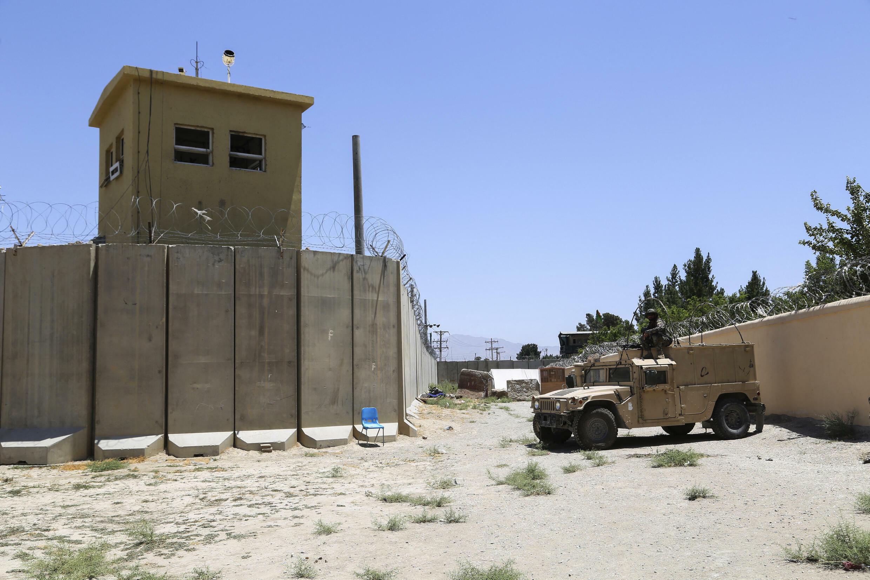 美軍撤離後,一名阿富汗士兵在巴格拉姆空軍基地站崗, 2021 年 7 月 2 日。