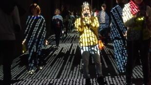 Público interage com números da instalação de Raquel Kogan, no Grand Palais, de Paris.