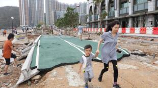 Destrozos provocados por el tifón Mangkhut en Hong Kong, el 17 de septiembre de 2018.