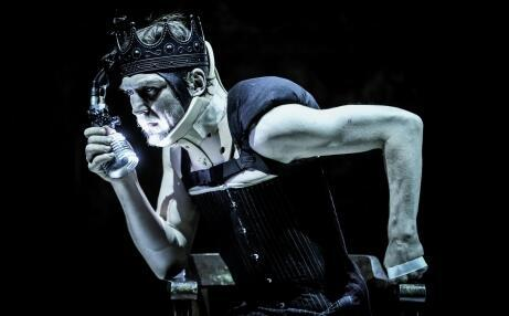 Lars Eidinguer no papel de Ricardo III faz uma interpretação surpreendente da personagem mais maquiavélica de Shakespeare.