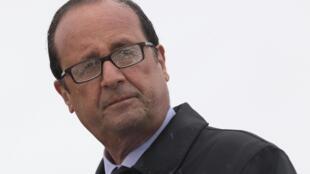 François Hollande sous la pluie de l'île de Sein, en Bretagne, le 25 août 2014.