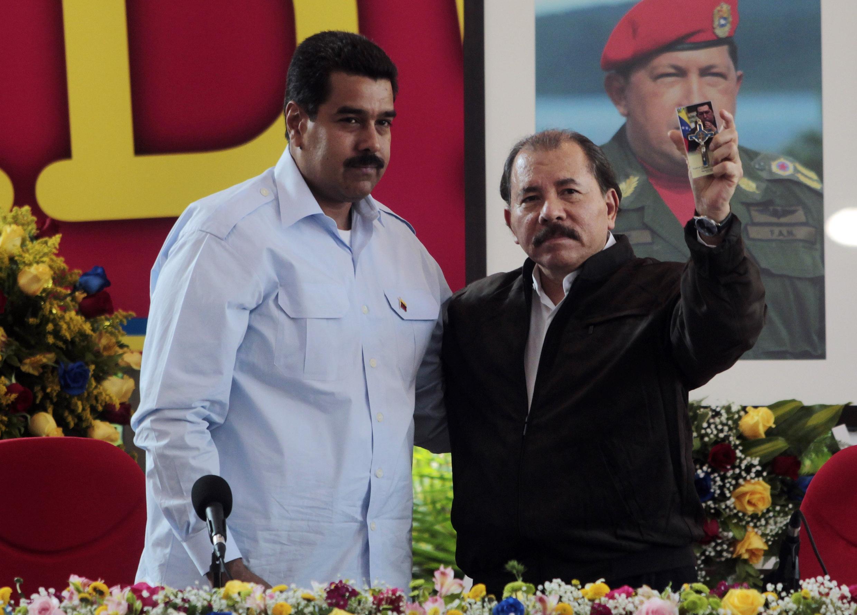 Президенты Венесуэлы и Никарагуа - Николас Мадуро (Л) и Даниэль Ортега на самите ПетроКариб в Манагуа 29/06/2013 (архив)