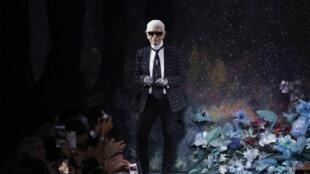 Karl Lagerfeld à Paris le 5 juillet 2017, lors du défilé de la collection haute couture automne-hiver 2017-2018 de Fendi.