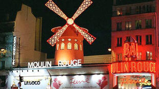 Fachada del cabaret parisino Moulin Rouge.