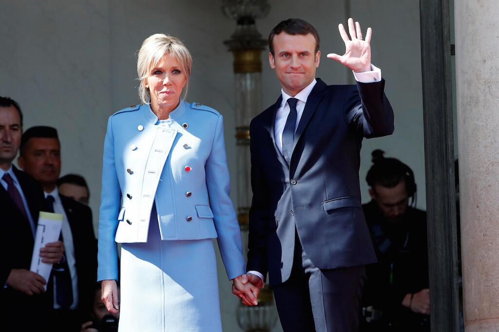 Rais mpya wa Ufaransa Emmanuel Macron (kulia) akipunga mkono kumuaga Hollande akiwa na mkewe Brigitte Trogneux kwenye ikulu ya Elysee. Mei 14, 2017