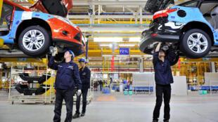 Des employés de l'usine Ford à Chongqing en Chine, le 20 avril 2017.