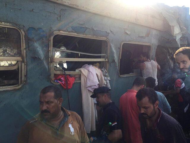 Passageiros procuram por sobreviventes após colisão de trens no norte do Egito, perto da estação de Khorshid