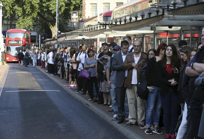 Greve do metrô de Londres provoca longas filas nos pontos de ônibus nesta quinta-feira (9).