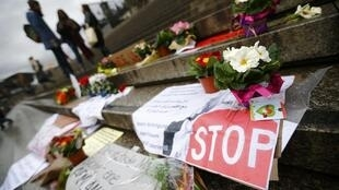 科隆性侵案發生幾日來,人們在車站及大教堂廣場前放上鮮花。