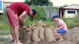 Moradores se preparam para chegada do ciclone Debbie nesta terça-feira.