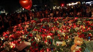 8月19日晚,西班牙 巴塞羅納民眾在發生恐襲的蘭布拉大道獻花燃燭悼念遇難者。