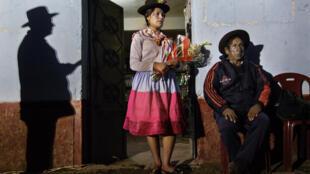 Una joven de Cayara lleva flores para honrar a los muertos.