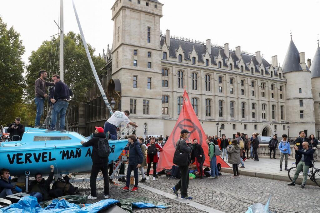 """هواداران محیط زیستی """"شورش علیه انقراض"""" در پاریس، روز دوشنبه هفتم اکتبر، در نخستین روز از این حرکت اعتراضی، دو منطقه کلیدی در مرکز شهر پاریس را به تصرف درآورده و رفت آمد در این مناطق را مختل کردند."""